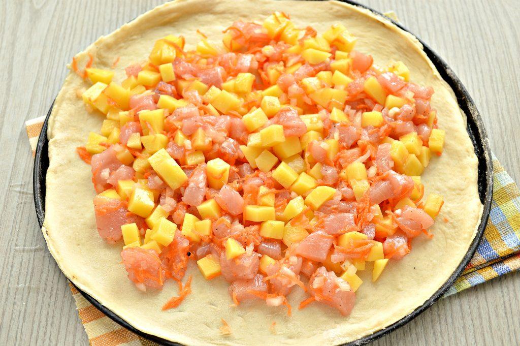 Фото рецепта - Пирог с начинкой из картофеля и курицы - шаг 4