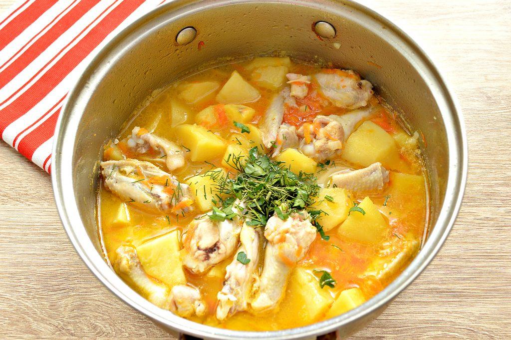 Фото рецепта - Куриные крылышки, тушеные с овощами и картофелем - шаг 5