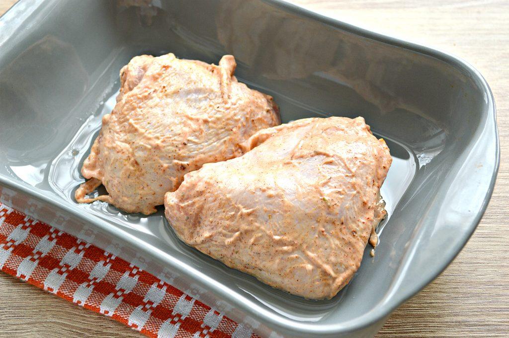 Фото рецепта - Куриные бедра в духовке в майонезно-томатном маринаде - шаг 5