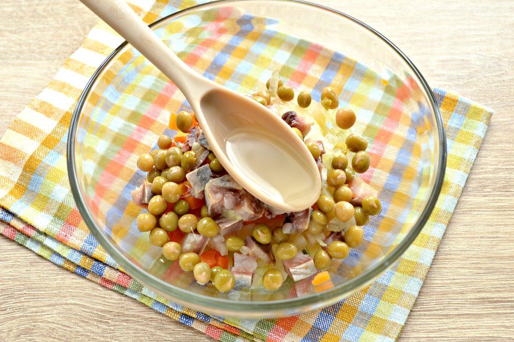 Фото рецепта - Картофельный салат с сельдью и горошком - шаг 5