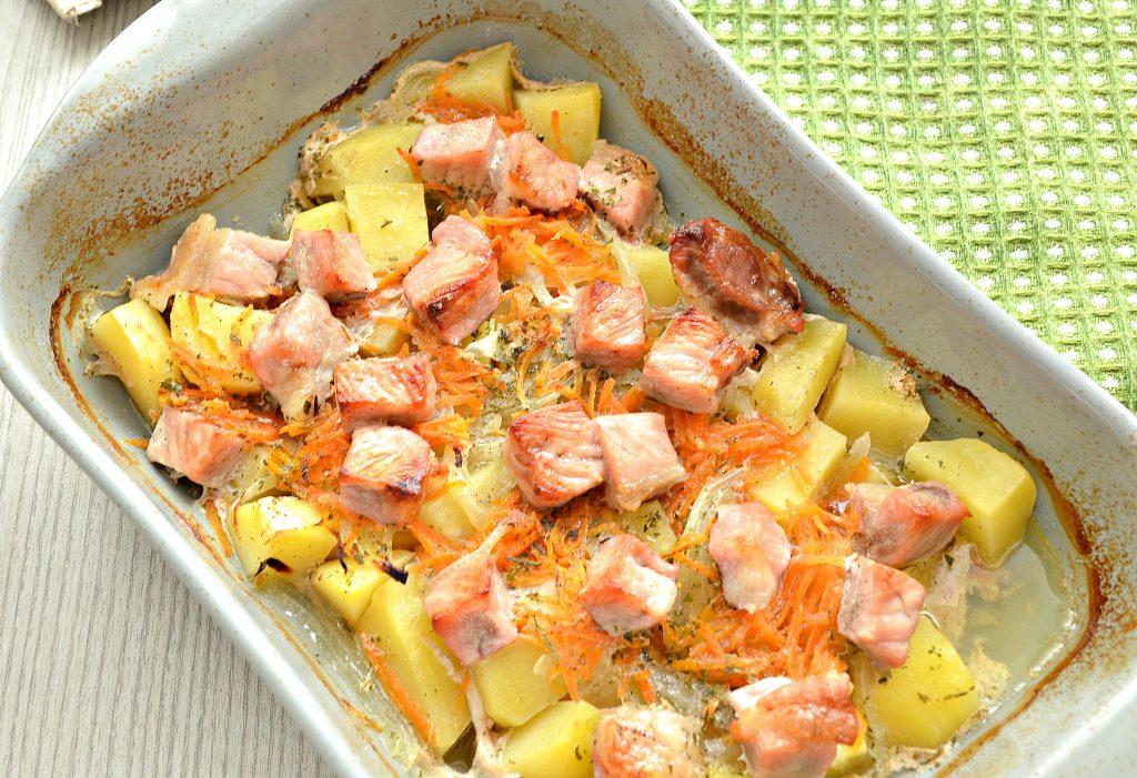 Фото рецепта - Картофель, запеченный со свининой в духовке - шаг 5