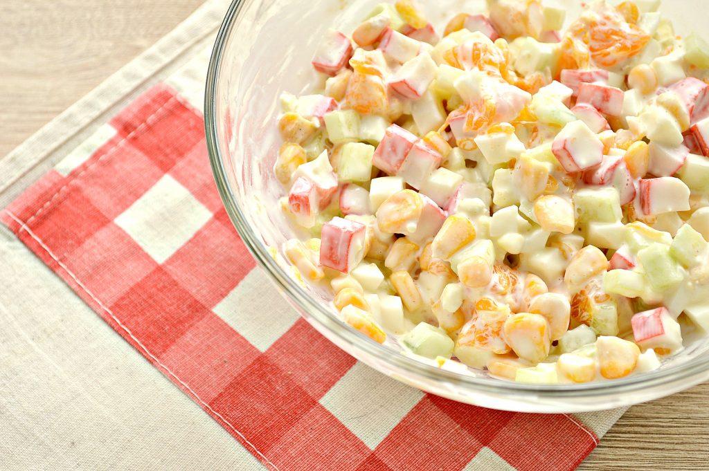 Фото рецепта - Вкусный салат с мандарином, огурцом и крабовыми палочками - шаг 6