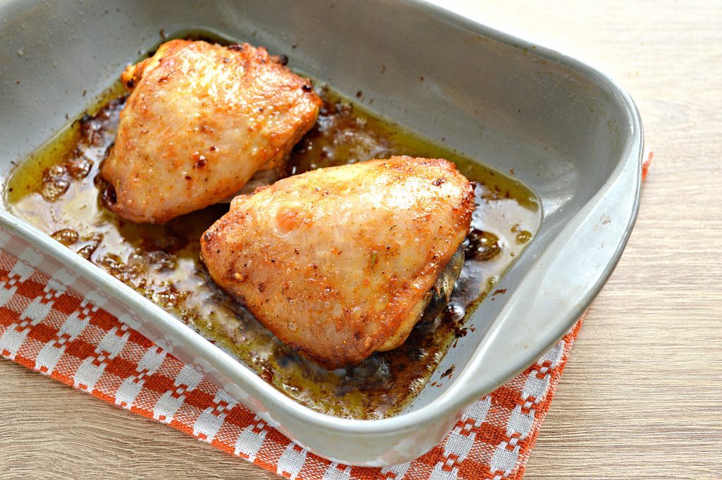 Фото рецепта - Куриные бедра в духовке в майонезно-томатном маринаде - шаг 6