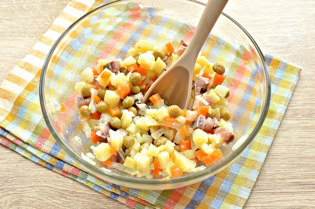 Фото рецепта - Картофельный салат с сельдью и горошком - шаг 6
