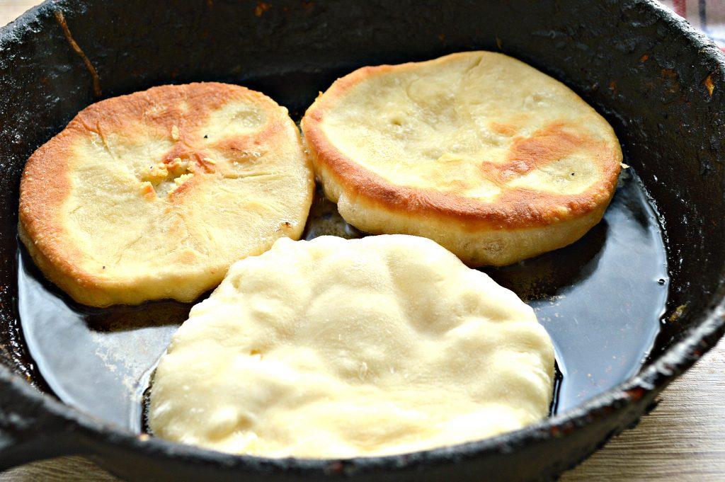 Фото рецепта - Лепешки на сковороде с сырной начинкой - шаг 6