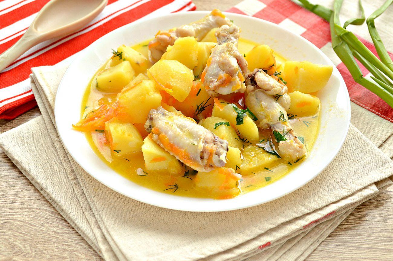 Куриные крылышки, тушеные с овощами и картофелем