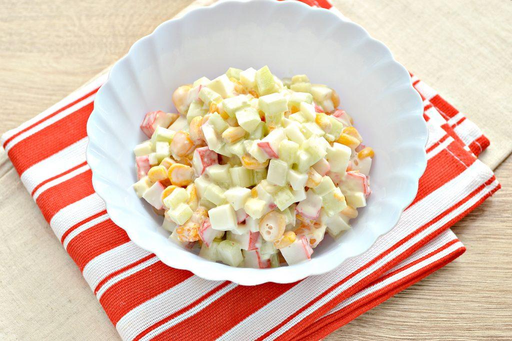 Фото рецепта - Вкусный салат с мандарином, огурцом и крабовыми палочками - шаг 7