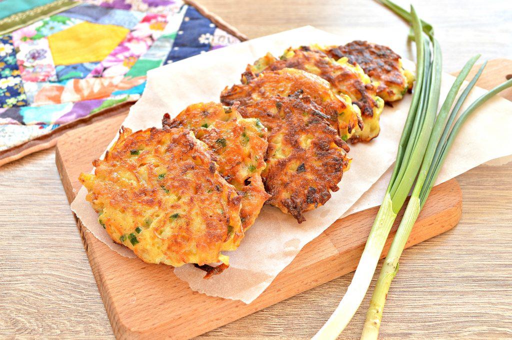 Фото рецепта - Картофельные драники с морковью, луком, зеленью - шаг 7