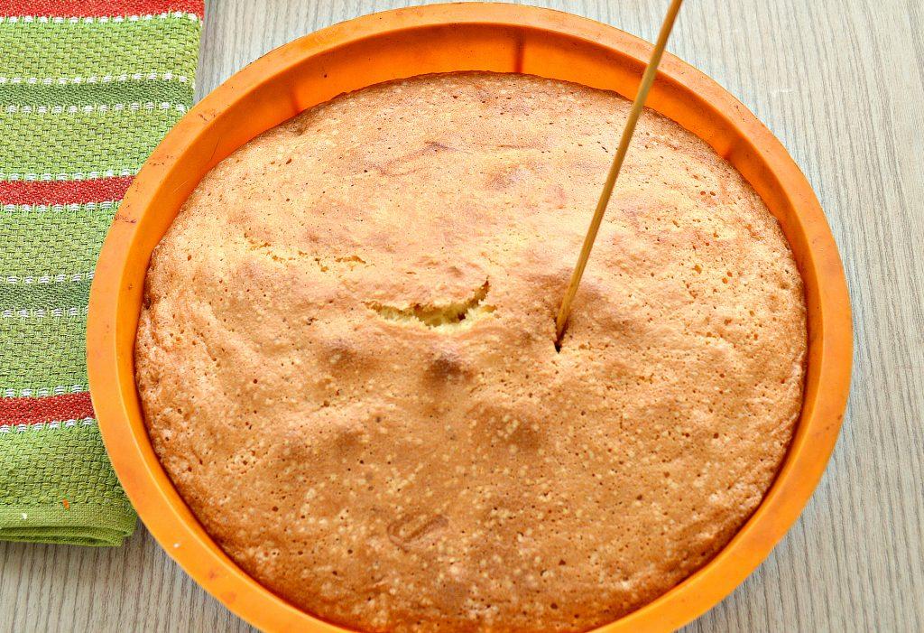 Фото рецепта - Шарлотка с консервированными ананасами - шаг 7