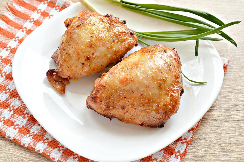 Фото рецепта - Куриные бедра в духовке в майонезно-томатном маринаде - шаг 7