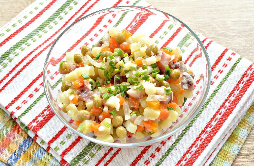 Фото рецепта - Картофельный салат с сельдью и горошком - шаг 7