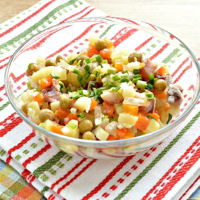 Картофельный салат с сельдью и горошком - рецепт с фото