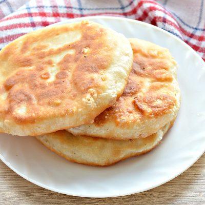 Лепешки на сковороде с сырной начинкой - рецепт с фото