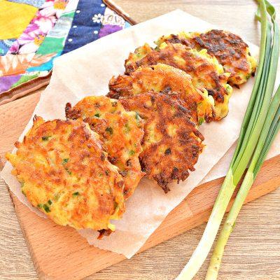 Картофельные драники с морковью, луком, зеленью - рецепт с фото