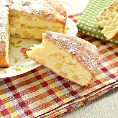 Шарлотка с консервированными ананасами - рецепт с фото