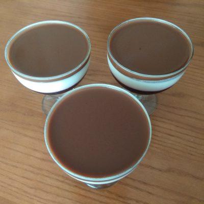 Фото рецепта - Творожный десерт со смородиной и какао - шаг 6