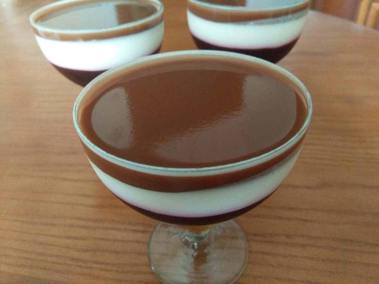 Творожный десерт со смородиной и какао