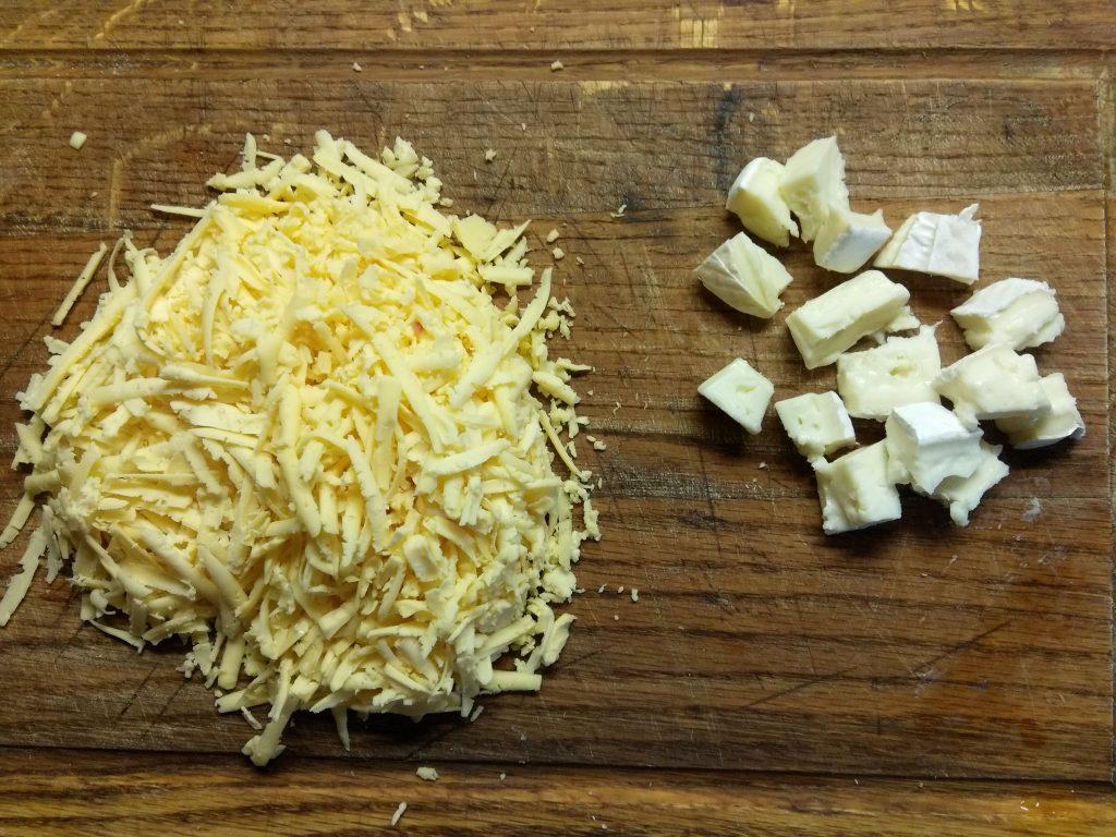 Фото рецепта - Пицца с сухой колбасой, яблоками и сыром бри - шаг 3