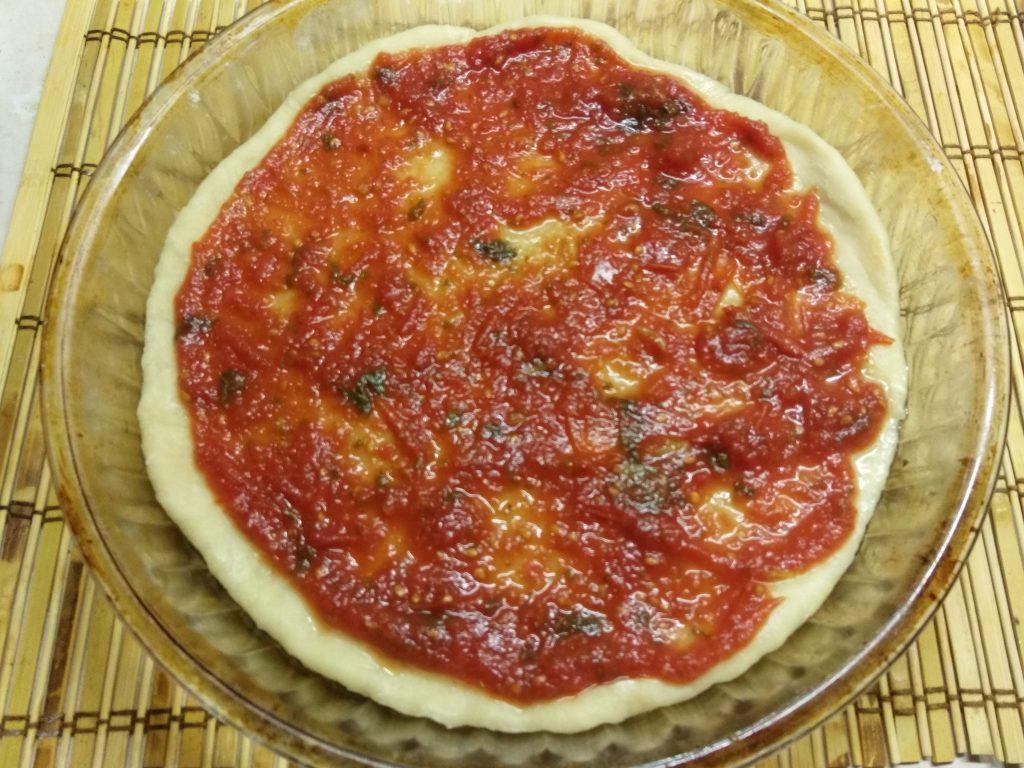 Фото рецепта - Пицца с копченой колбасой и солеными огурцами - шаг 6