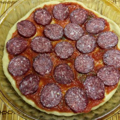 Фото рецепта - Пицца с сухой колбасой, яблоками и сыром бри - шаг 5
