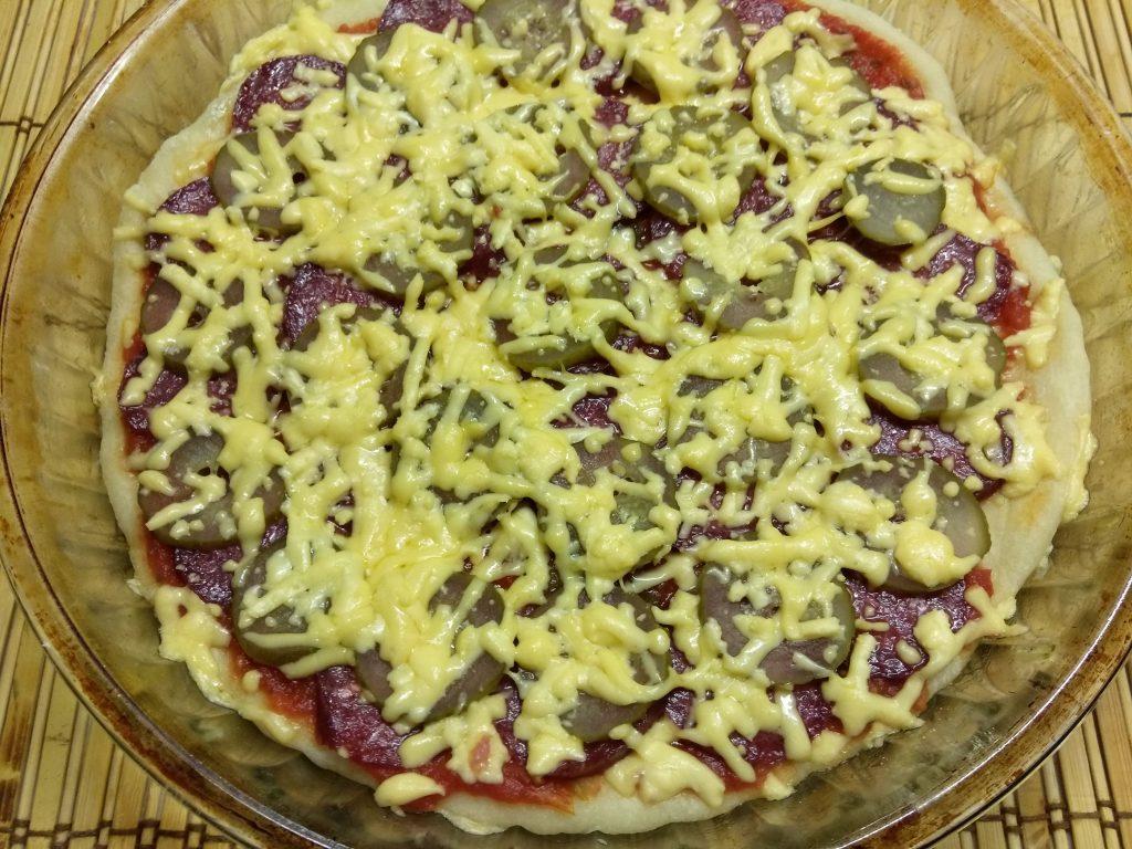 Фото рецепта - Пицца с копченой колбасой и солеными огурцами - шаг 9