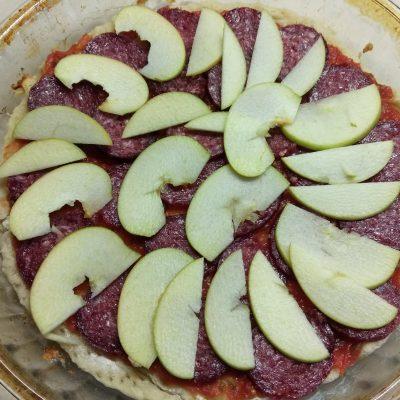 Фото рецепта - Пицца с сухой колбасой, яблоками и сыром бри - шаг 6