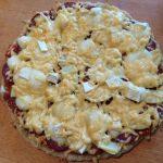 Пицца с сухой колбасой, яблоками и сыром бри