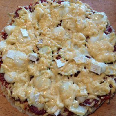 Фото рецепта - Пицца с сухой колбасой, яблоками и сыром бри - шаг 7