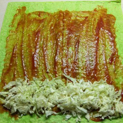 Фото рецепта - Домашняя шаурма с сосисками и пекинской капустой - шаг 5