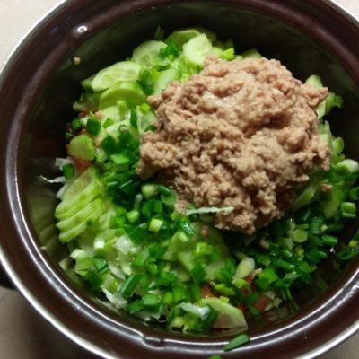 Фото рецепта - Салат из свежих овощей с консервированным тунцом - шаг 4
