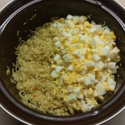 Фото рецепта - Салат из лапши с крабовыми палочками и кукурузой - шаг 4