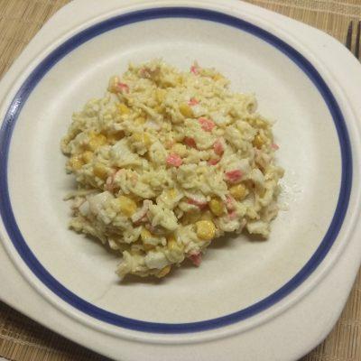 Фото рецепта - Салат из лапши с крабовыми палочками и кукурузой - шаг 5