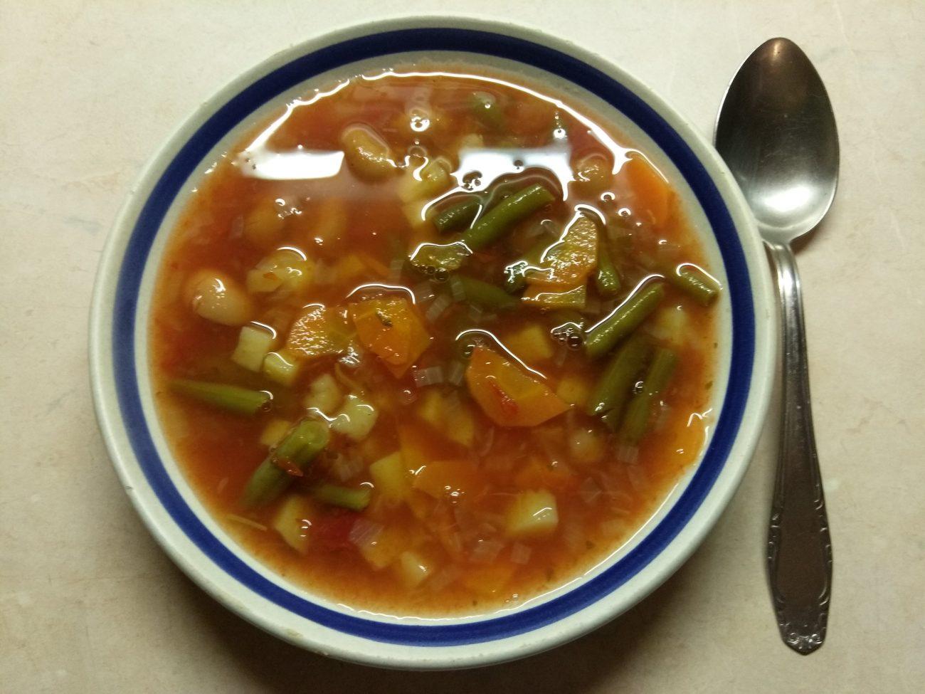 Томатный суп с консервированной и стручковой фасолью