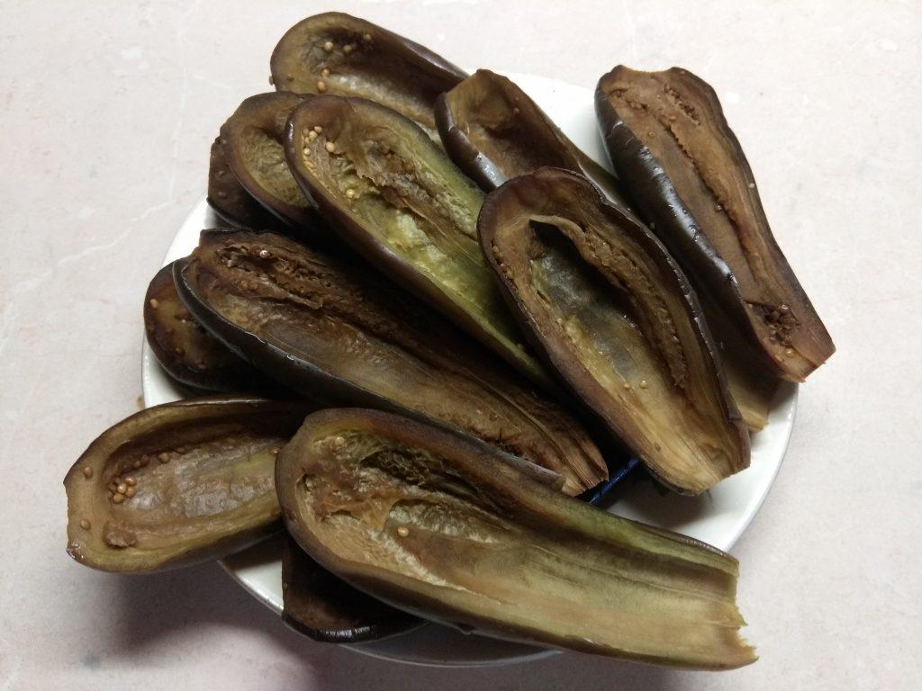 Фото рецепта - Баклажаны, фаршированные килькой и пшеном - шаг 1