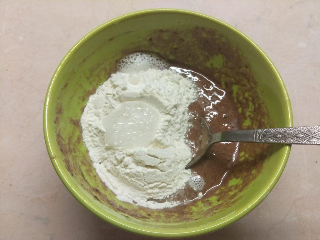 Фото рецепта - Десерт из йогурта и крыжовника на шоколадном бисквите - шаг 4