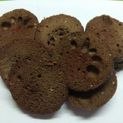 Фото рецепта - Десерт из йогурта и крыжовника на шоколадном бисквите - шаг 6