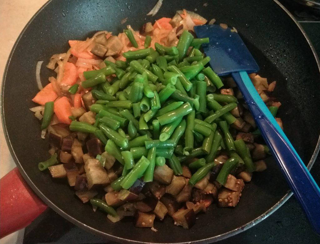 Фото рецепта - Рагу с спаржевой фасолью, баклажанами и свининой - шаг 4