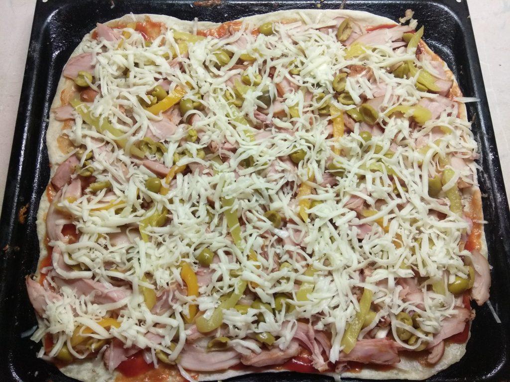 Фото рецепта - Пицца с копченой курицей, оливками и болгарским перцем - шаг 8