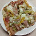 Пицца с копченой курицей, оливками и болгарским перцем