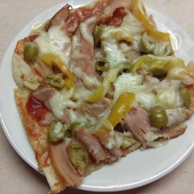 Пицца с копченой курицей, оливками и болгарским перцем - рецепт с фото