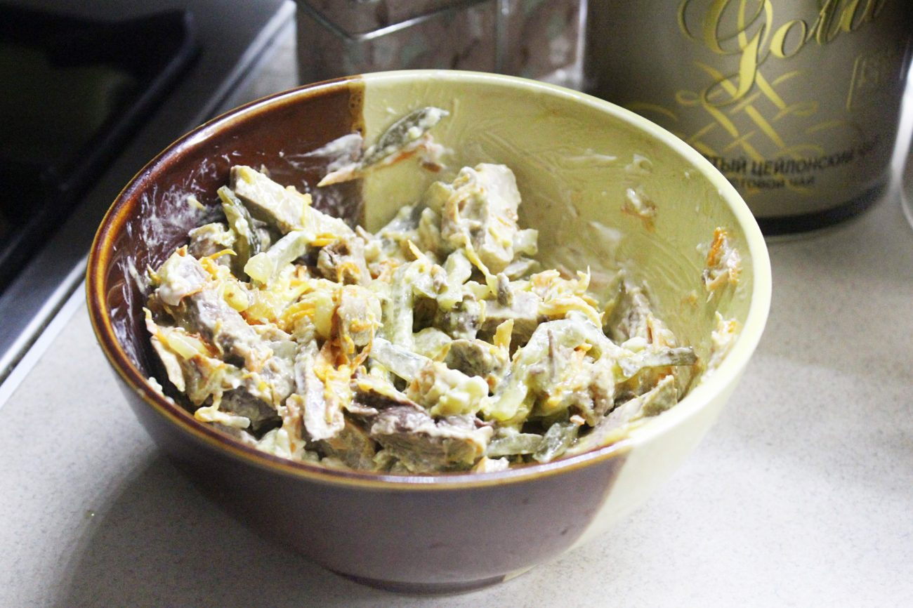 """Мясной салат """"Обжорка"""" со свининой и солеными огурчиками"""