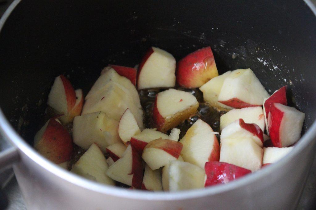 Фото рецепта - Гренки с карамелмзированными яблоками по рецепту Гордона Рамзи - шаг 3