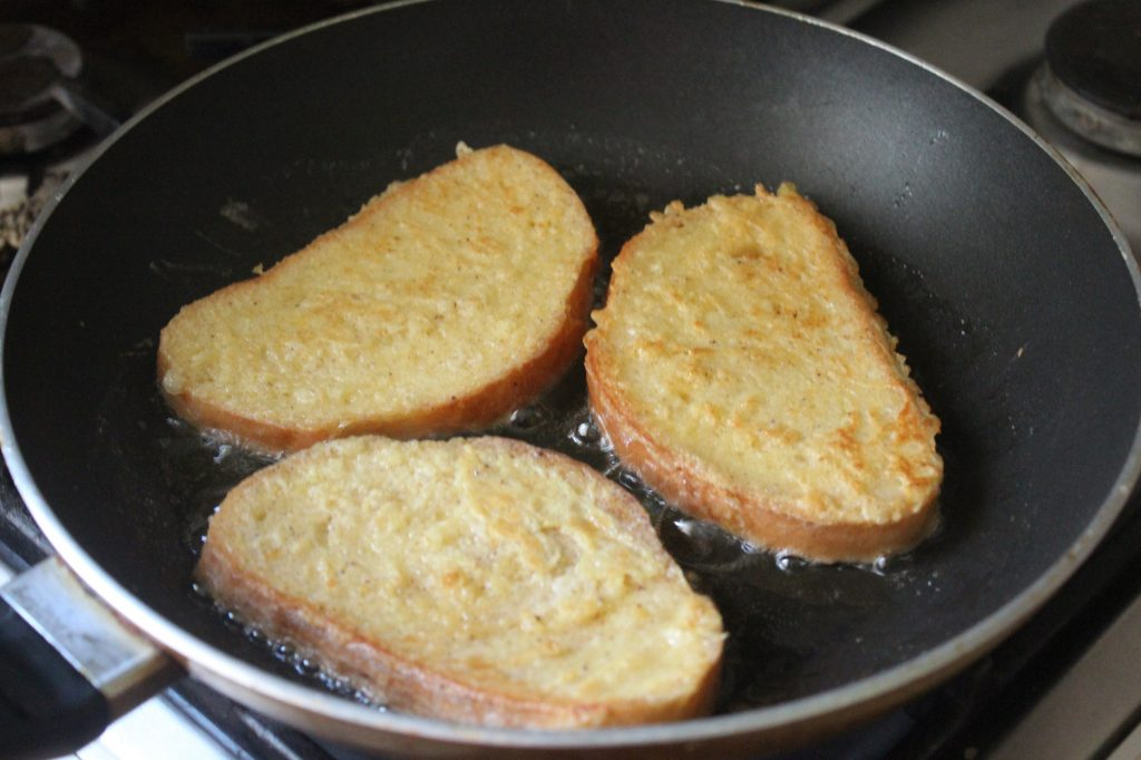Фото рецепта - Гренки с карамелмзированными яблоками по рецепту Гордона Рамзи - шаг 5