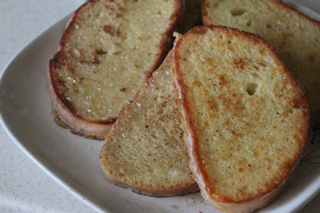 Фото рецепта - Гренки с карамелмзированными яблоками по рецепту Гордона Рамзи - шаг 6