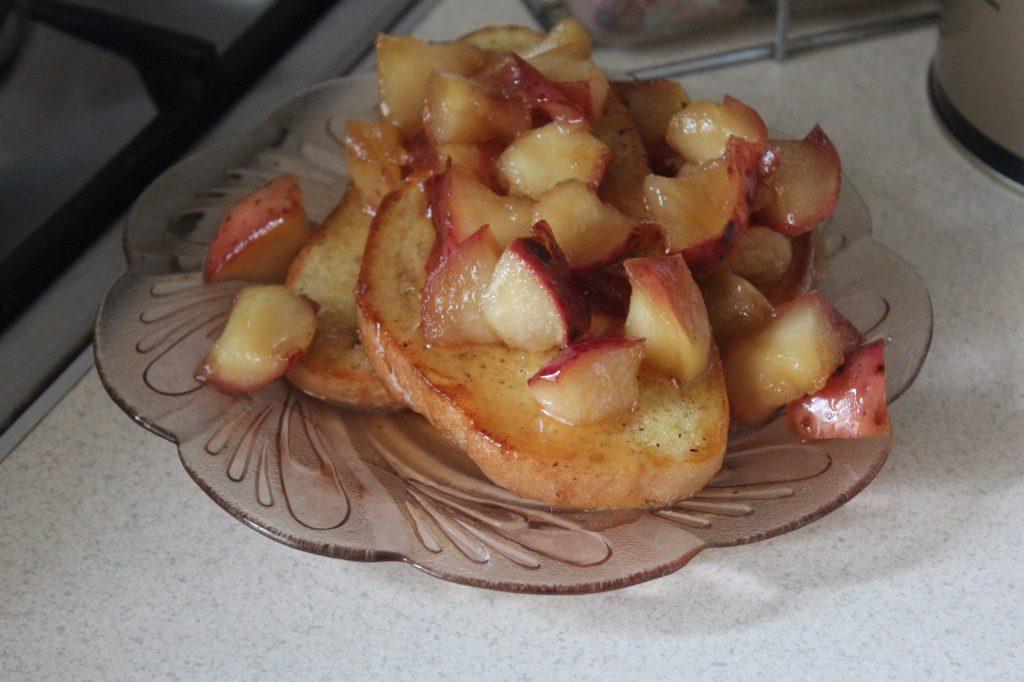 Фото рецепта - Гренки с карамелмзированными яблоками по рецепту Гордона Рамзи - шаг 7