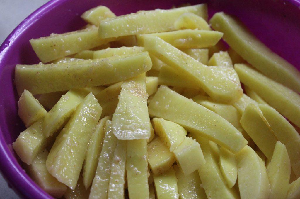 Фото рецепта - Хрустящая картошка в духовке - шаг 2