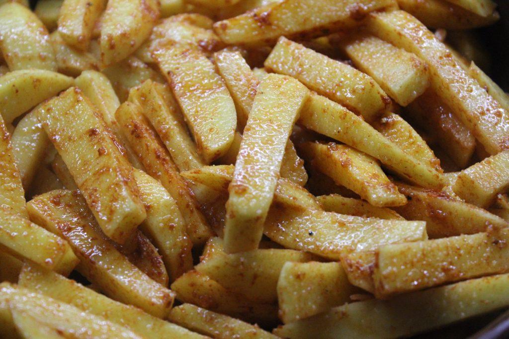 Фото рецепта - Хрустящая картошка в духовке - шаг 5