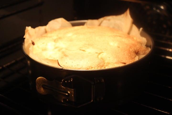Фото рецепта - Яблочная шарлотка с сахарной корочкой - шаг 5