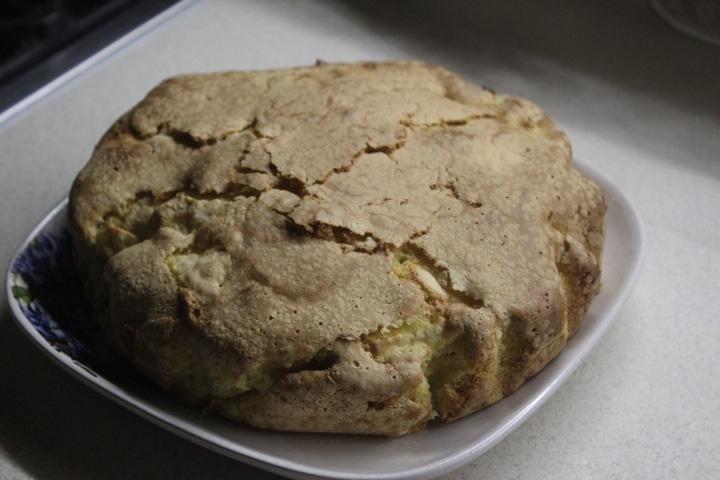 Фото рецепта - Яблочная шарлотка с сахарной корочкой - шаг 7