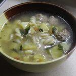Весенний суп с фрикадельками и шпинатом